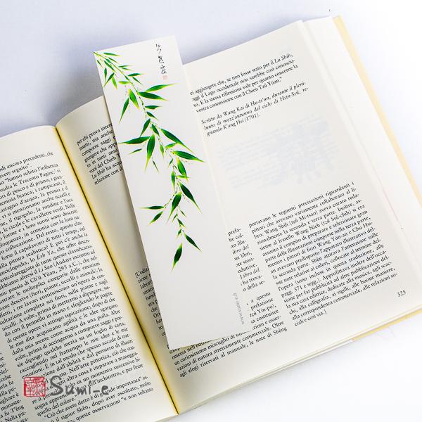 segnalibro di pittura sumi-e rappresentante il bambù dei quattro nobili su carta avorio con libro aperto