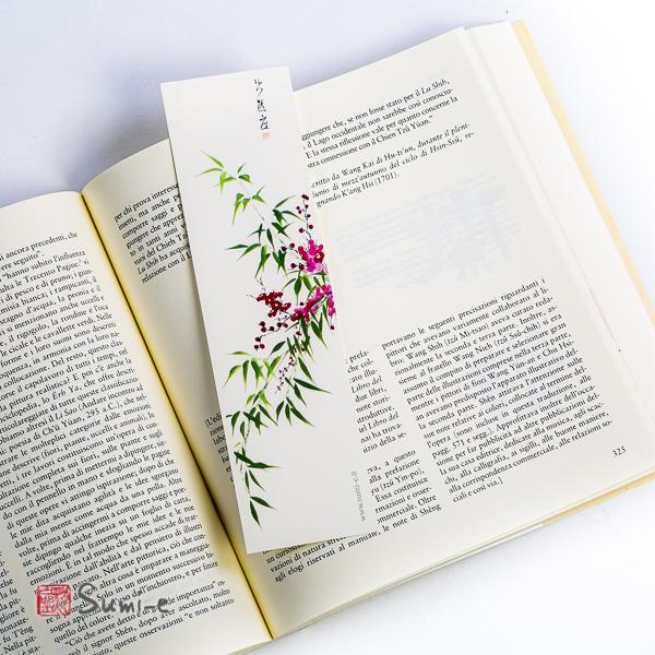 segnalibro di pittura sumi-e rappresentante il pruno e il bambù dei quattro nobili su carta avorio con libro aperto
